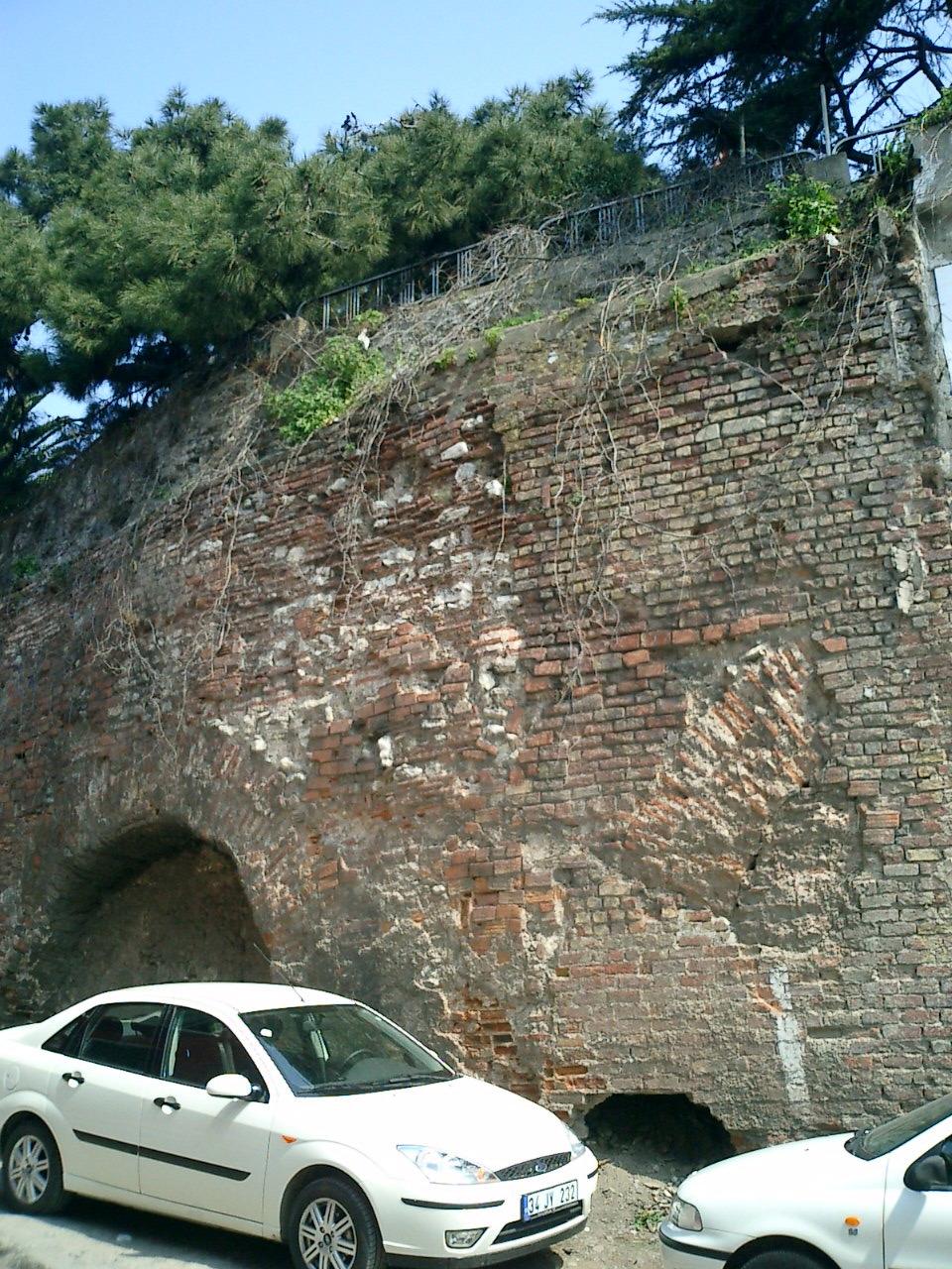 Sphendone Buried Arch West ©2005 Trici Venola